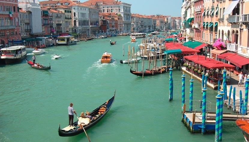 Gôndolas nos canais - Veneza
