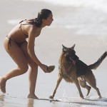 mulher com cachorro praia do diabo