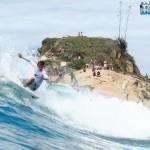 surfista na praia do diabo