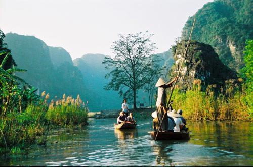 Nativos andando pelas ilhas do vietnã