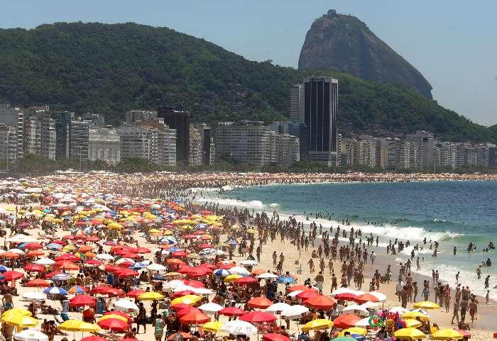 Ataque de tubarões e arrastão na praia de Copacabana.