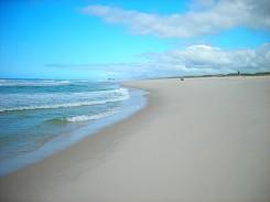 De fácil acesso, a Praia de Massambaba é uma das melhores opções em viagens com amigos
