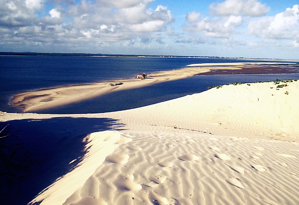 A praia é repleta por dunas e lençóis de água