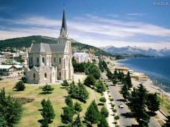 Com uma arquitetura única e belíssimas pistas de esqui, Bariloche é o melhor destino gelado da Argentina, nevando o ano inteiro