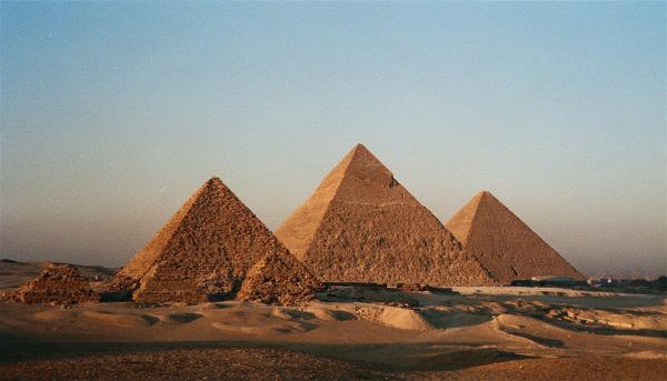 As pirâmides do Egito são um monumento histórico muito popular.