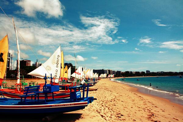 Barcos enfeitam a areia da praia.