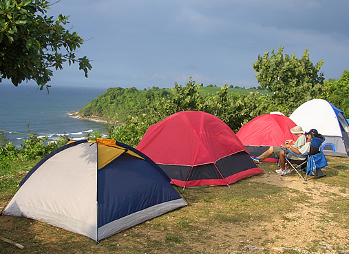 Homem acampando em uma região montanhosa.