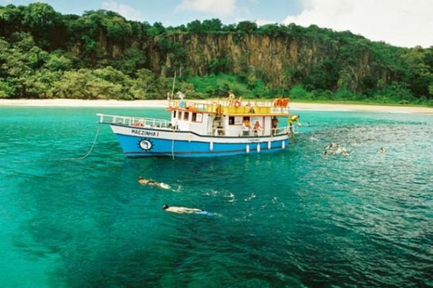 Barco de passeio parado para o mergulho de 50 minutos.