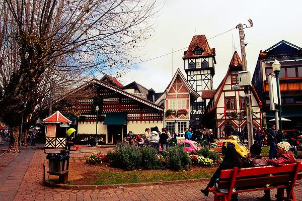 Uma das praças da cidade onde podemos encontrar atrações em praça pública.