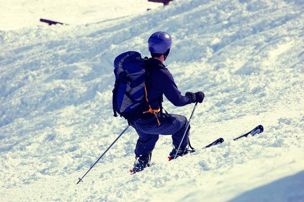 Homem praticando esqui.
